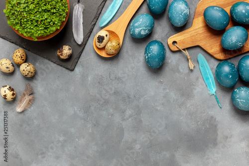 Fototapeta Wielkanoc - jaja barwione czerwoną kapustą obraz