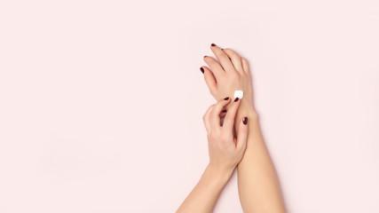 Młodej kobiety ręki i kremowy groch