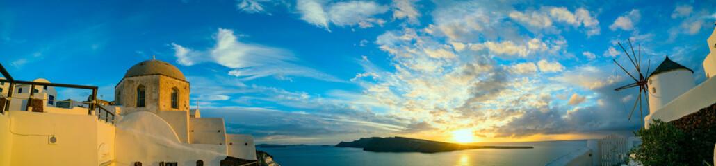 Panorama Oia Village podczas zachodu słońca. Grecja Santorini Island