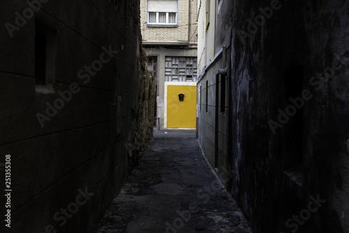 Foto auf Leinwand Schmale Gasse Alley in town