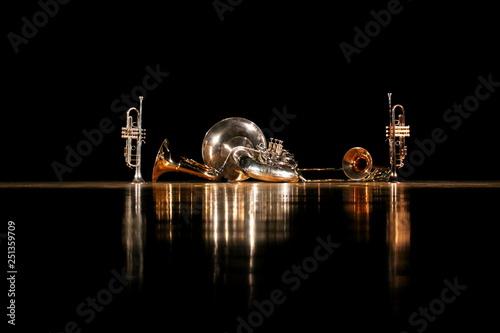 Cuadros en Lienzo  金管五重奏と光が反射するステージ