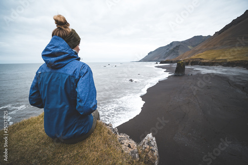 Papiers peints Europe du Nord young woman looking at majestic icelandic landscape