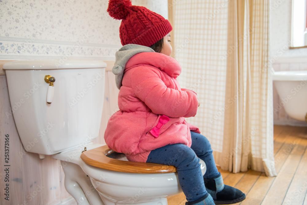 Fototapety, obrazy: トイレの練習をする子供