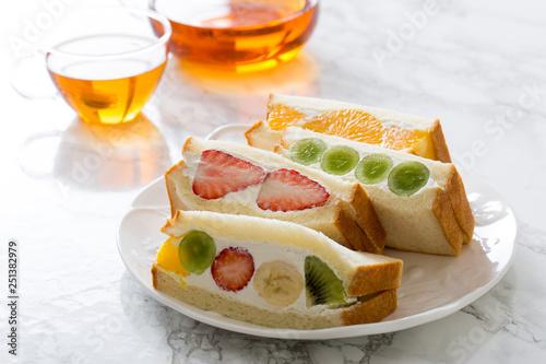 ホームメイドのフルーツサンドイッチ