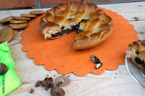 Fotografía  apple jam cake, cherries and walnuts, cookies, walnuts on a green napkin and a p