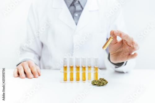 Gewinnung von medizinischen Cannabis Öl Canvas Print