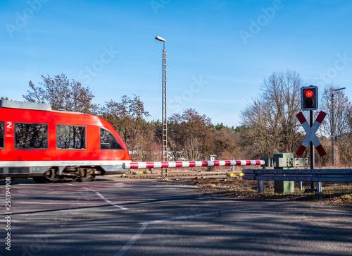 Valokuva  beschrankter Bahnübergang mit Zug