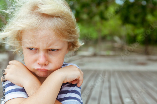 Photo Face portrait of annoyed and unhappy caucasian kid with crossed arms