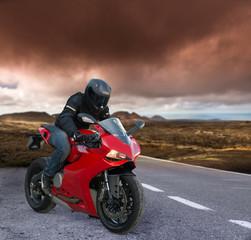 czerwony rowerzysta na wulkanicznym krajobrazie