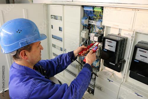 Photo Elektriker überprüft die Elektroverteilung Anlage
