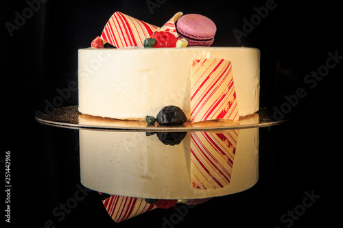 Fotografía  tasty round cake with white glaze