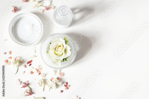 Cadres-photo bureau Spa Styled beauty composition. Skin cream, shampoo bottle, dry flowers, rose and Himalayan salt. White table background. Organic cosmetics, spa concept. Empty space, flat lay, top view, web banner.
