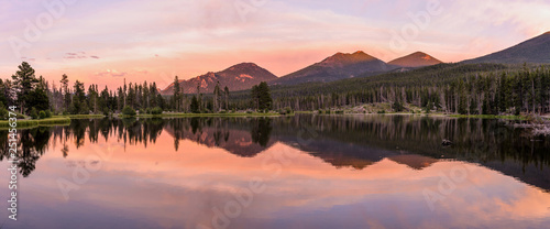 Montage in der Fensternische Lachs Sprague Lake - A colorful Summer evening at scenic Sprague Lake, Rocky Mountain National Park, Colorado, USA.