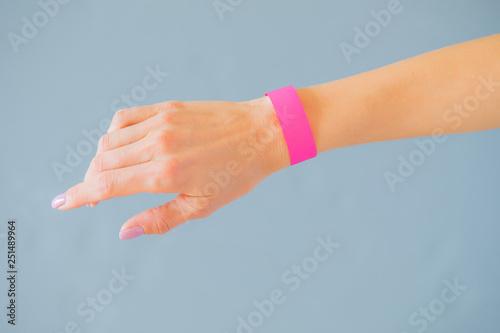 Pinturas sobre lienzo  Hand with mockup wristband