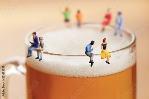 Fotografia ビールと会話する男女
