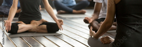 Fotografia Horizontal photo group people sitting in lotus position practicing yoga