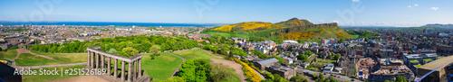Photo Panorama von Edinburgh/Schottland mit Arthur´s Seat im Frühling