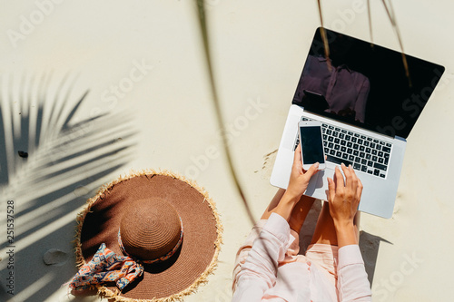 Canvas Print Woman freelancer work in tropics