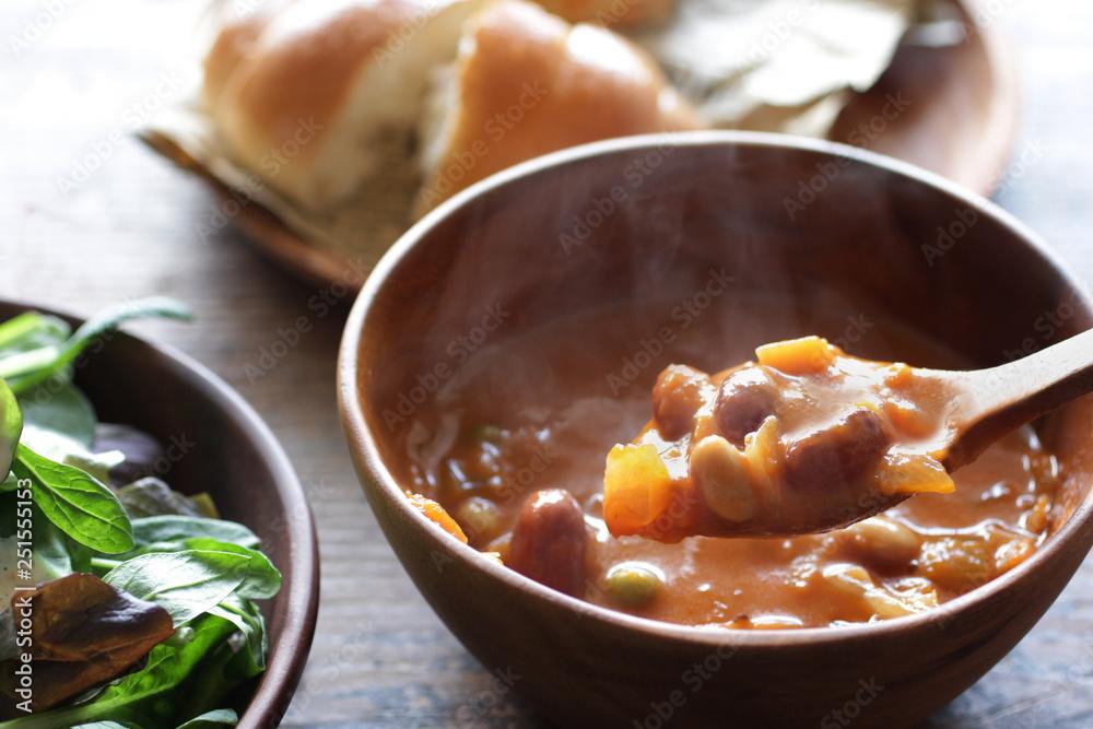 Fototapety, obrazy: ナチュラルな木の上の野菜と豆のミネストローネのスープ