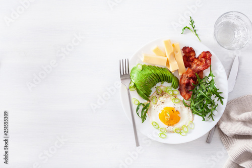 Deurstickers Kruidenierswinkel healthy keto breakfast: egg, avocado, cheese, bacon