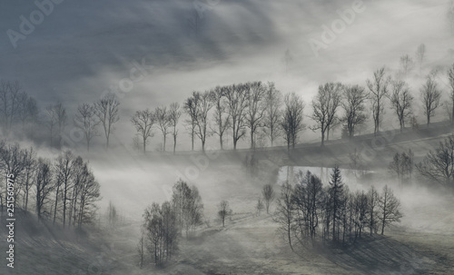 mglisty-wschod-slonca-jesienia-w-sudetach-polska
