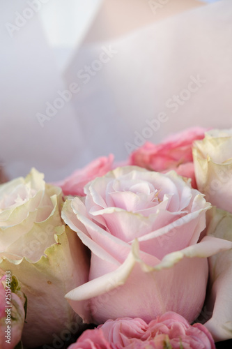 Fotografía  Bouquet of white and pink Roses
