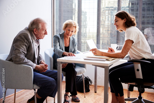 Photo Senior Couple Meeting With Female Financial Advisor In Office