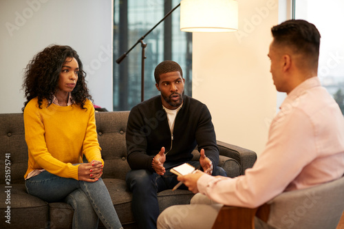 Fotografía  Woman Sitting On Couch Meeting With Male Relationship Counsellor In Office