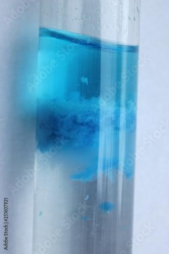 Fotografía  The formation of a blue precipitate of copper silicate in test tube