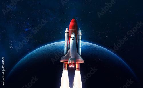 Start promu kosmicznego na otwartej przestrzeni nad Ziemią. Niebieski gradient. Tapeta sztuki przestrzennej. Elementy tego zdjęcia dostarczone przez NASA