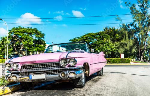 HDR - amerykański rocznik różowy kabriolet zaparkowany przy bocznej ulicy w Hawanie na Kubie - seria Cuba Reportage