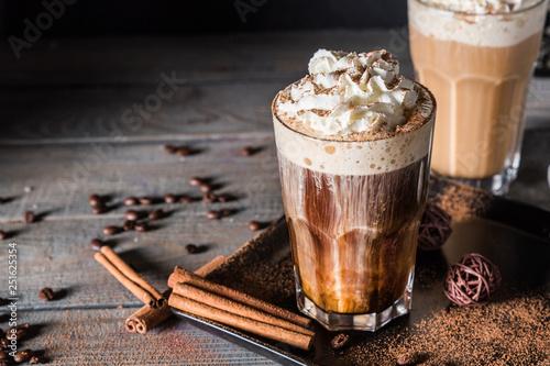 Fotografia Black and white coffee cocktails with cream