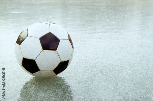 Fotografía  on the thin ice is a football that flew off the field the ball on the frozen