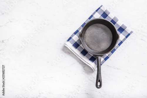 Foto Empty pan on marble table with blue tablecloth - top of view.