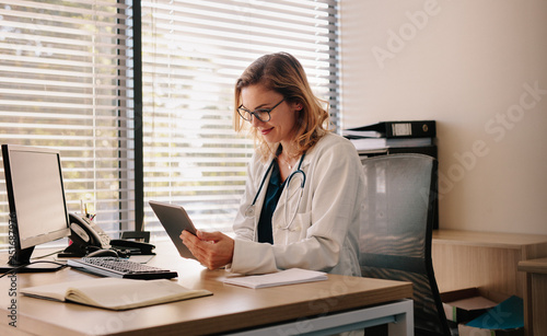 Female doctor working on her tablet pc Fototapet