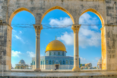 Foto Famous dome of the rock situated on the temple mound in Jerusalem, Israel