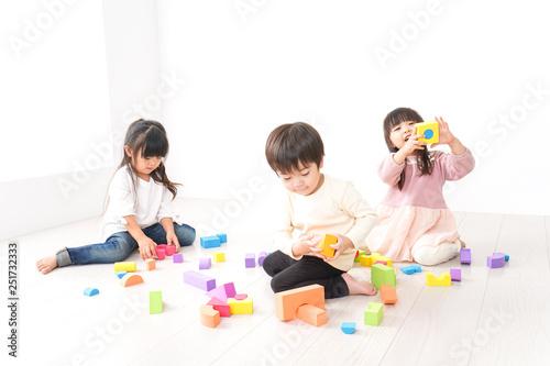 Photo ブロックで遊ぶ子どもたち