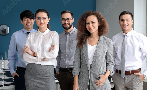 Fototapety, obrazy: Team of young business people in office