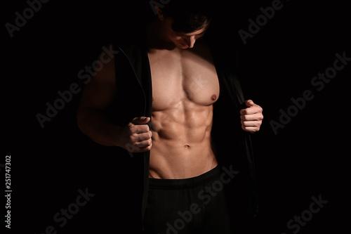 Photo Muscular sexy bodybuilder on dark background