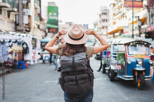Foto  Back view Asian woman tourist backpacker travel in Khao San road, Bangkok, Thail