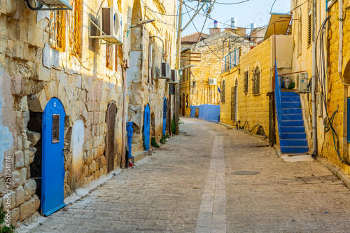 Fotografía  View of a narrow street in Tsfat/Safed, Israel