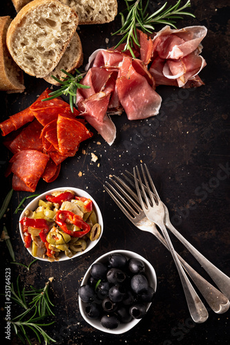 Photo Italian antipasti with mediterranean olives, parma ham