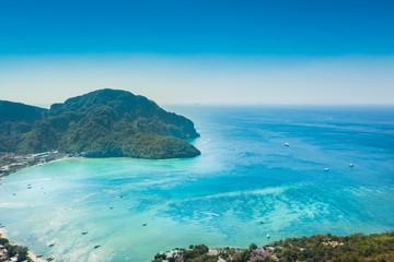 turkusowe morze i wyspa