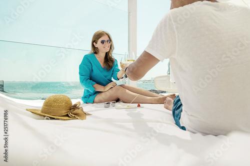 piękna szczęśliwa młoda para trzyma kieliszki szampana i odpoczynku w pobliżu morza