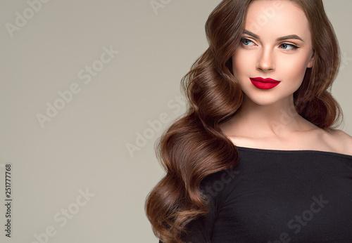 Pięknej włosianej kobiety długa brunetki fryzury zdrowa skóra