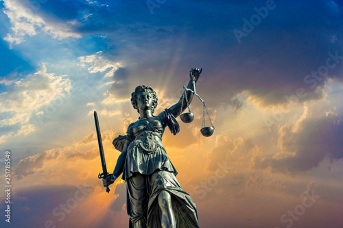 Fotografia lady justice at the roemer square in Frankfurt