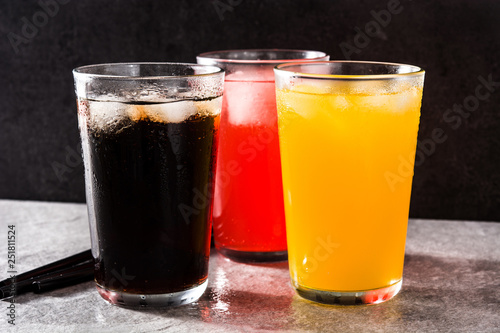 Photo Colorful soft drinks for summer on gray background