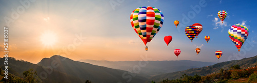 Fond de hotte en verre imprimé Lavende Colorful hot air balloon fly over mountain view 4
