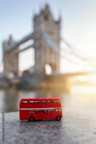 Fotografie, Tablou  London Reise Konzept: Modell eines roten Doppeldecker Buses vor der Tower Bridge