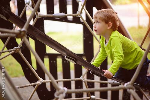Fotografie, Obraz  das kind klettert nach oben